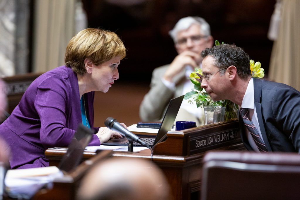Senators Wellman and Salomon in discussion on the Senate floor.